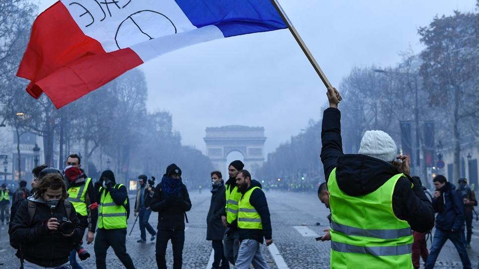 """Des """"gilets jaunes"""" sur les Champs-Elysées à Paris, le 8 décembre 2018"""