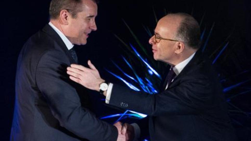 Frédéric Barbier et le ministre de l'Intérieur Bernard Cazeneuve lors d'un meeting le 4 février 2015 à Audincourt