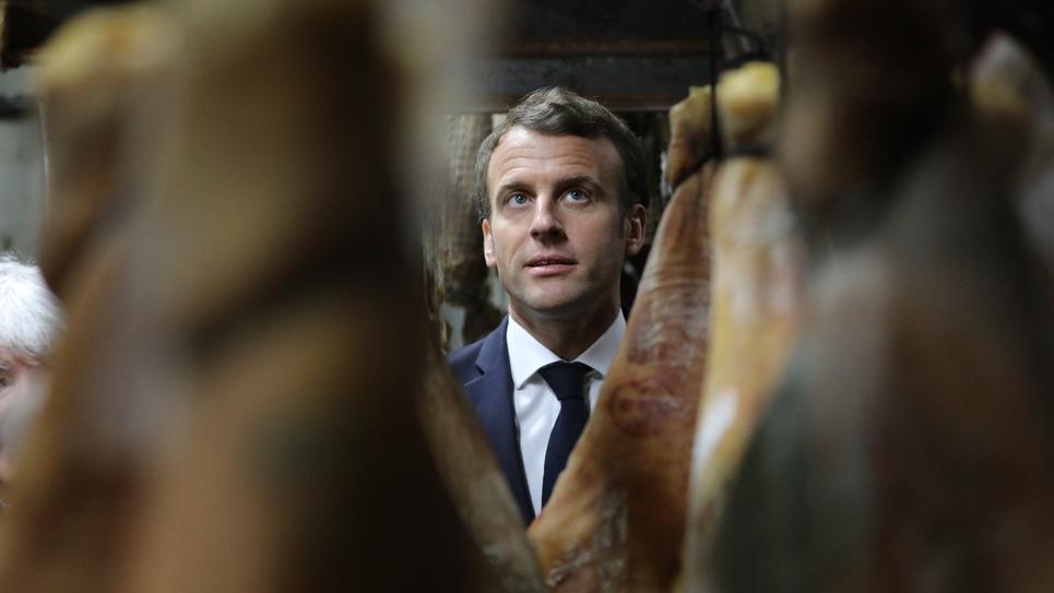 Le président Macron visite une usine de saucisses le 4 avril 2019, à Cozzano en Corse