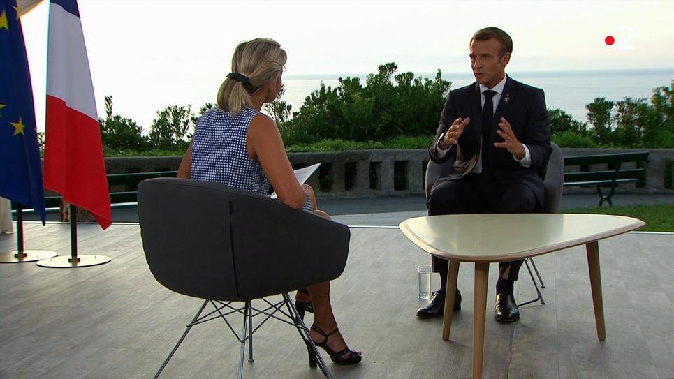 Capture d'écran de l'entretien télévisé du président français Emmanuel Macron et de la journaliste Anne-Sophie Lapix, en marge du G7 de Biarritz, le 26 août 2019