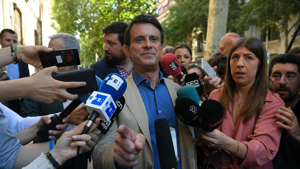L'ex-Premier ministre français et candidat à la mairie de Barcelone Manuel Valls parle à la presse après avoir voté le 26 mai 2019 à Barcelone