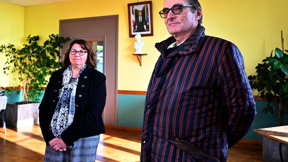 Le Britannnique Patrick Head (d), au côté de la maire de Perriers-en-Beauficel, Lydie Brionne, le 24 janvier 2020