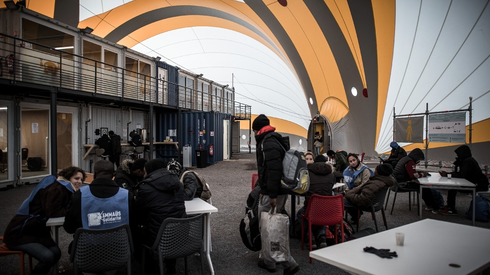 Des travailleurs sociaux et des bénévoles accueillent migrants et réfugiés dans un centre porte de la Chapelle à Paris, le 10 novembre 2016