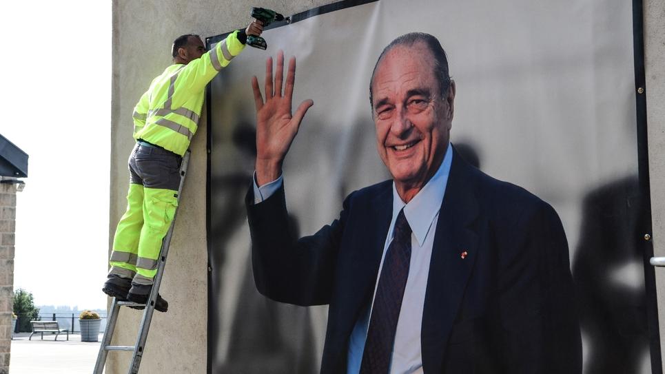 Une image du président Jacques Chirac s'affiche sur le musée qui porte son nom à Sarran (Corrèze) le 26 septembre 2019