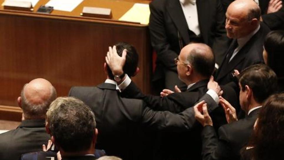 Manuel Valls et Bernard Cazeneuve applaudis le 13 janvier 2015 à l'Assemblée nationale à Paris