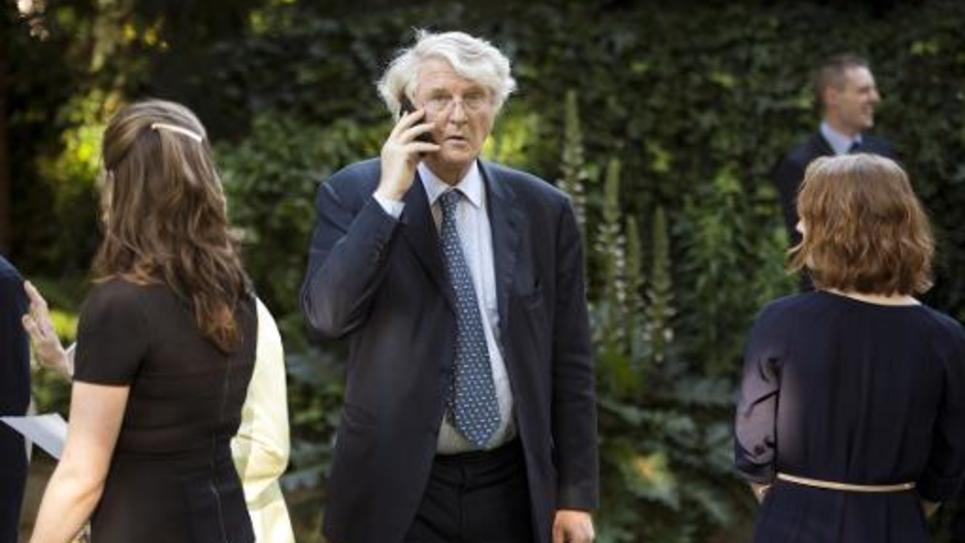 Le président de BNP Paribas, Baudoin Prot, au téléphone à son arrivée à la garden-party de l'ambassade britannique à Paris, le 5 juin 2014
