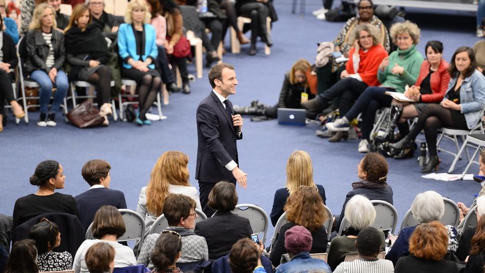 Emmanuel Macron en plein débat avec une assemblée de femmes le 28 février 2019 à Pessac