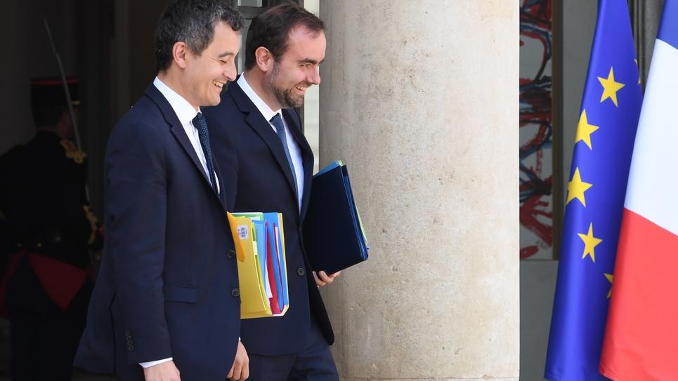 Le ministre de l'Action et des Comptes publics Gérald Darmanin (G) et le secrétaire d'Etat aux Collectivités locales Sébastien Lecornu quittent l'Elysée après le conseil des ministres le 24 juin 2019