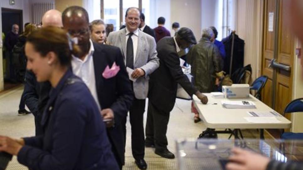 Le Premier secrétaire du Parti socialiste, Jean-Christophe Cambadélis (c), attend le 21 mai 2015 pour déposer son bulletin de vote dans l'urne à Paris