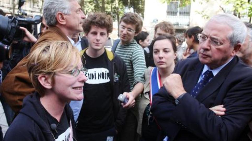 """Le président du conseil régional d'Ile-de-France, le socialiste Jean-Paul Huchon (D) et Emmanuelle Cosse (2eD) parlent avec des militants du collectif """"Jeudi noir"""" le 16 septembre 2010 à Paris"""