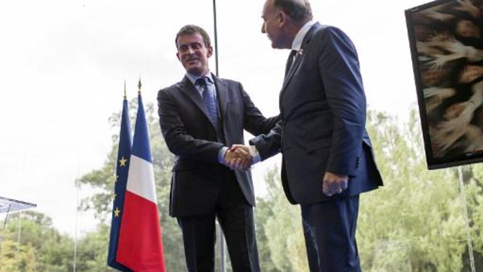 Pierre Gattaz patron du Medef salue le Premier ministre Manuel Valls à l'université du Medef à Jouyt-en-Josas, le 27 août 2014