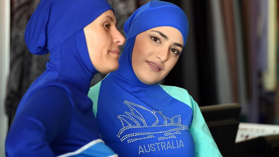 Deux femmes présentent deux modèles de burkini à Sydney en Australie, le 19 août 2019