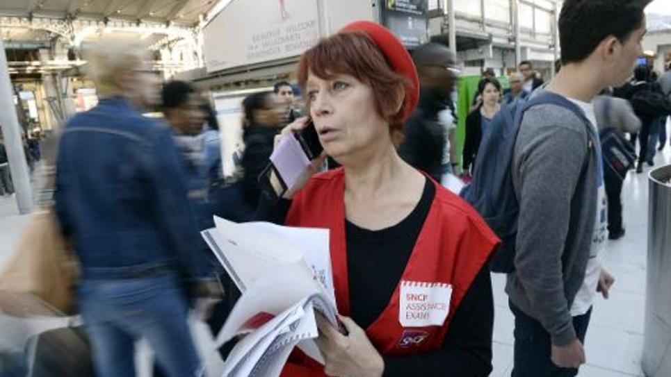 """Une """"gilet rouge"""" de la SNCF, gare du Nord à Paris, pour renseigner les candidats au baccalauréat"""