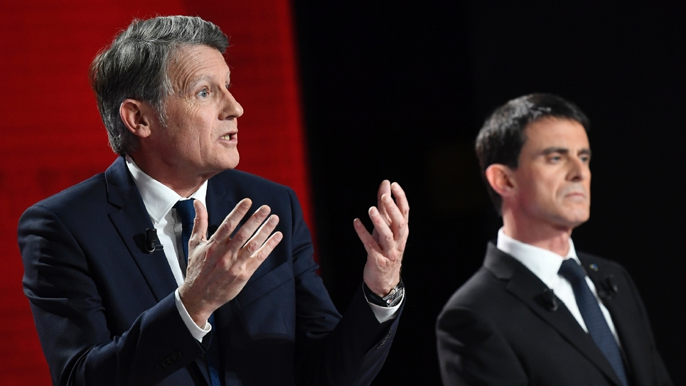 Vincent Peillon (G) et Manuel Valls lors du deuxième débat télévisé de la primaire du PS et de ses alliés, le 15 janvier 2017, à Paris.