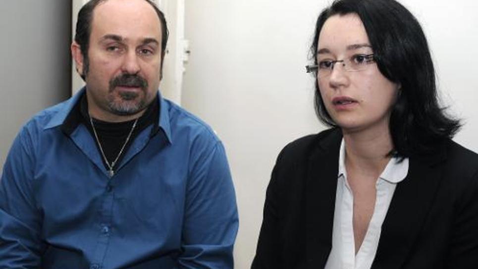 Thierry Portheault (C) et son épouse Nadia, ex-militants du Front national, le 13 décembre 2013 dans le bureau de leur avocat Pascal Nakache à Toulouse
