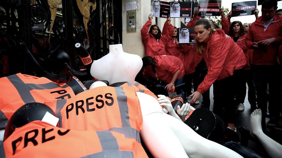 """Mannequins démembrés portant le brassard """"press"""" déposés par Reporters sans Frontières devant le consulat d'Arabie saoudite à Paris le 1er octobre 2019"""