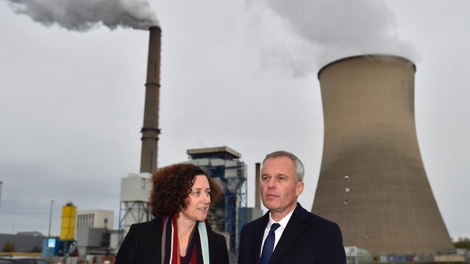 Le ministre de la Transition écologique François de Rugy et la secrétaire d'Etat à la Transition écologique Emmanuelle Wargon devant la centrale à charbon de Saint-Avold en Moselle, le 31 octobre 2018