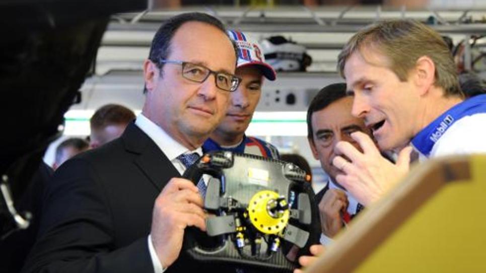 François Hollande visite les stands des écuries des 24 Heures du Mans, peu avant le départ de la course le 13 juin 2015