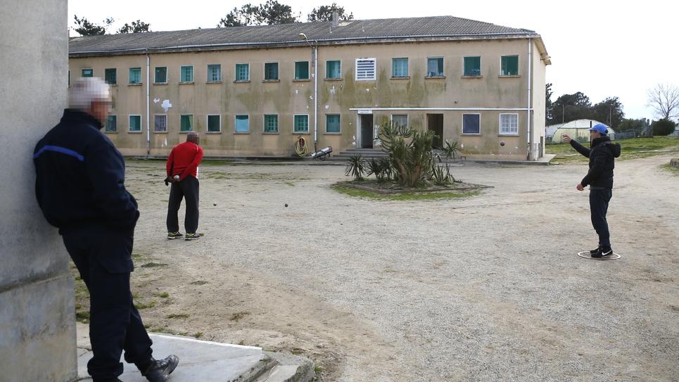 Des détenus jouent à la pétanque, le 9 février 2018 au centre pénitentaire de Casabianda, à 70 km au Sud de Bastia