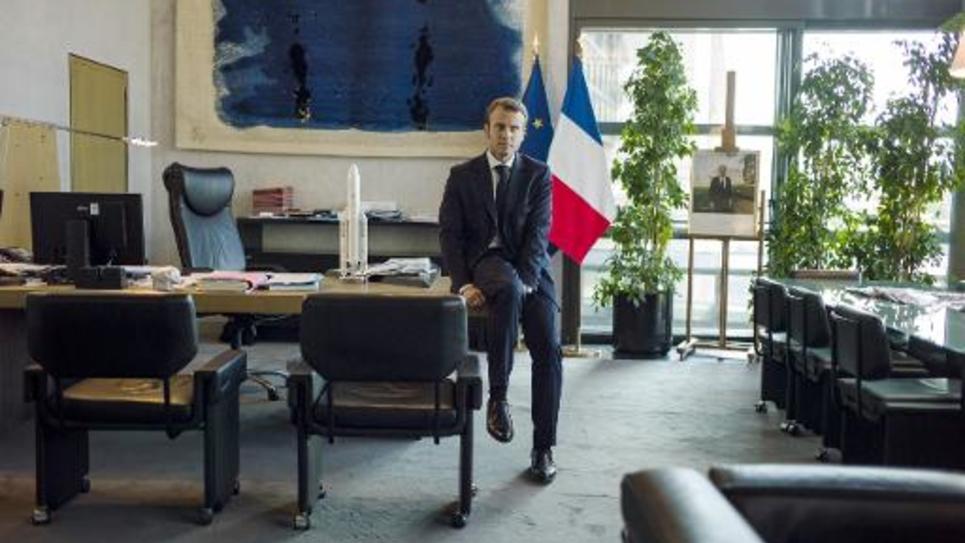 Le ministre de l'Economie Emmanuel Macron pose au ministère à Bercy, le 12 septembre 2014