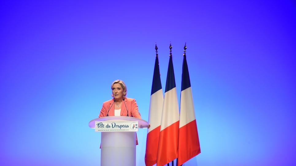 """Marine Le Pen, la présidente du Rassemblement national (RN, ex FN) lors d'une """"fête du drapeau"""", à Mantes-la-Ville, près de Paris, le 23 septembre 2018"""