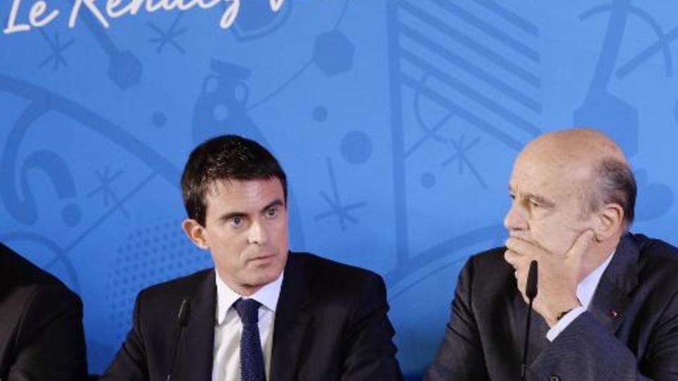 Le Premier ministre français Manuel Valls (g) et le maire de Bordeaux Alain Juppé le 23 octobre 2014 à Bordeaux