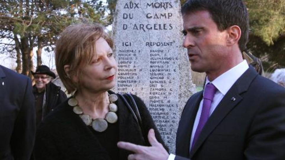 """Lydie Salvayre, lauréate du Goncourt 2014, et le Premier ministre Manuel Valls, lors d'une cérémonie au """"cimetière des Espagnols"""", le 20 février 2015, à Argelès-sur-Mer"""