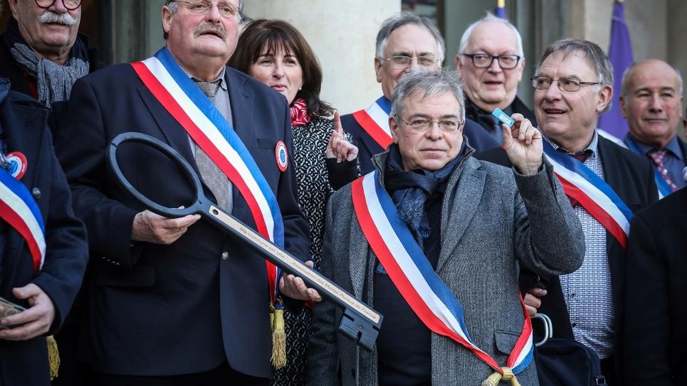 Vanik Berberian (C-D), le président de l'AMRF (l'Association des maires ruraux de France) à l'Elysée à Paris le 14 janvier 2019