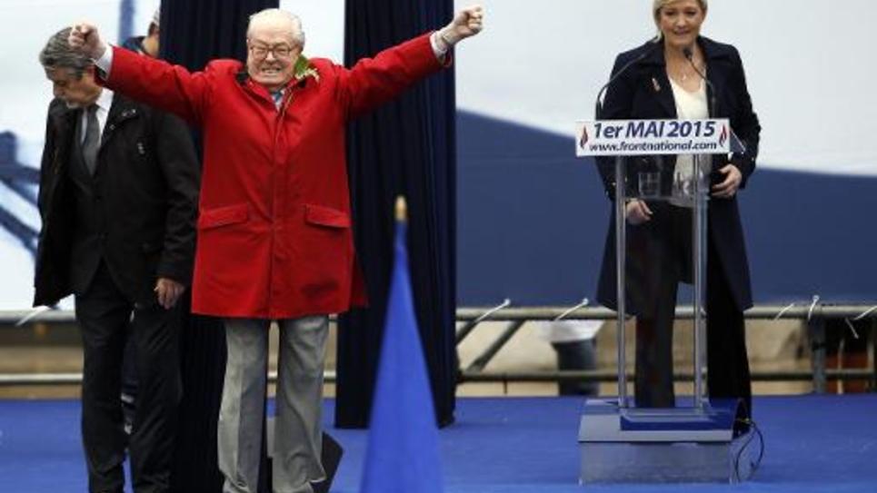 L'eurodéputé FN Jean-Marie Le Pen et sa fille Marine, présidente du parti, durant un rassemblement du 1er mai 2015 à Paris