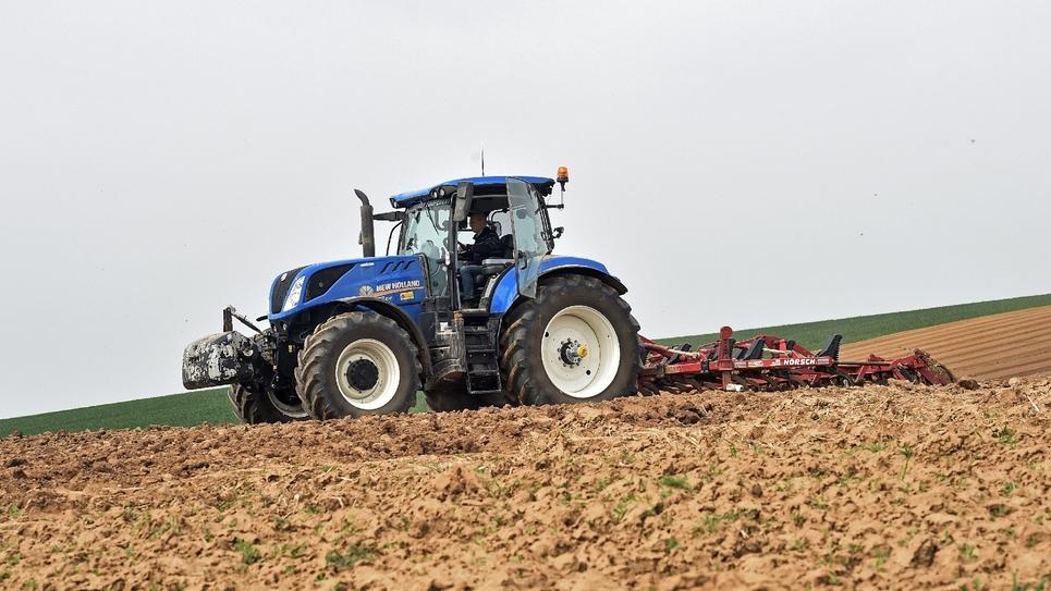 Un agriculteur dans son champs, le 23 avril 2019 dans le Nord