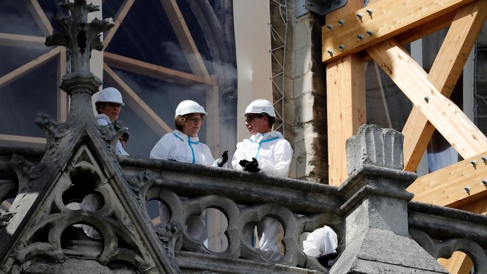 La ministre du Travail Muriel Pénicaud (c) sur le chantier de reconstruction de Notre-Dame de Paris, le 19 août 2019