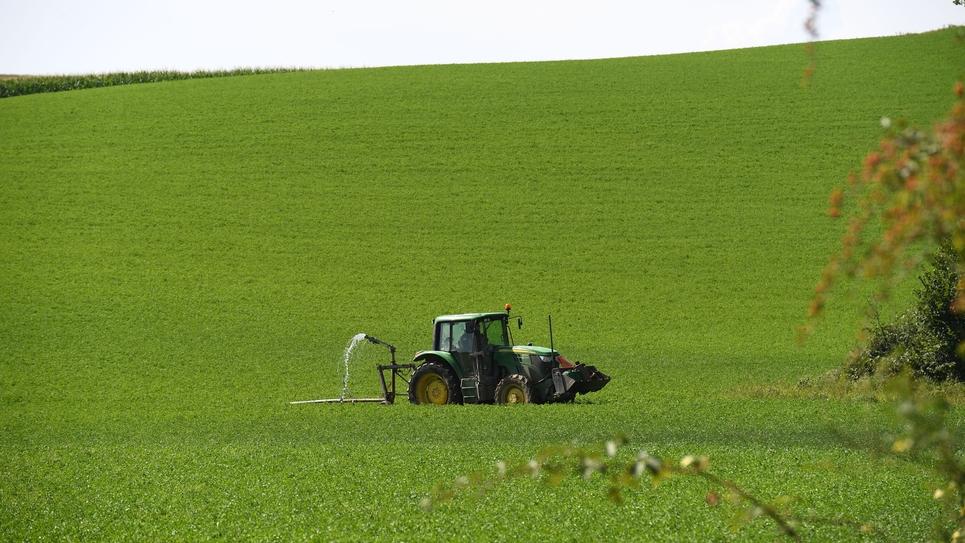 Photo illustration d un agriculteur qui arrose son champ en cette periode de canicule dans le le departement de l Isere