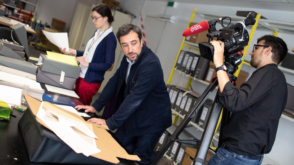 Photo du tournage aux Archives nationales.