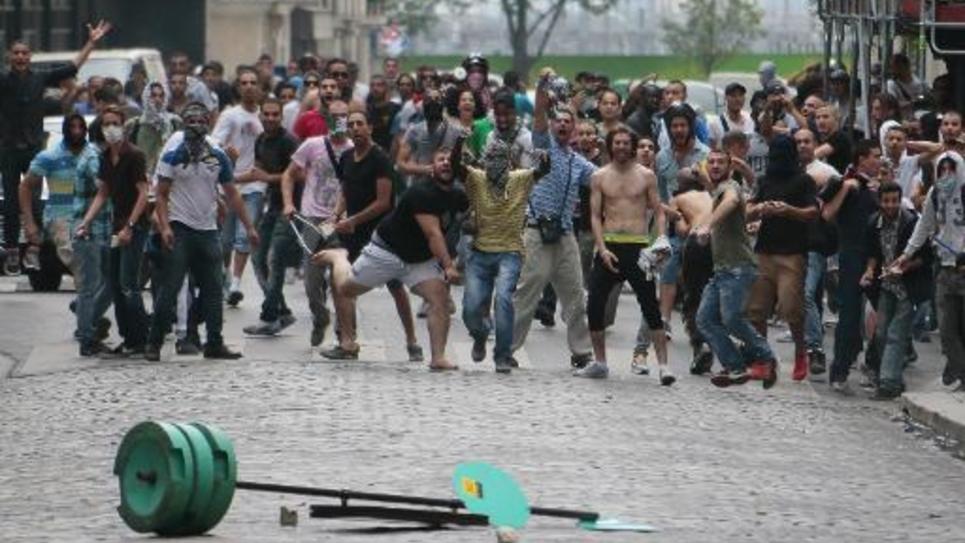 Des manifestants affrontent la police dans le quartier de la Goutte d'Or à Paris le 19 juillet 2014