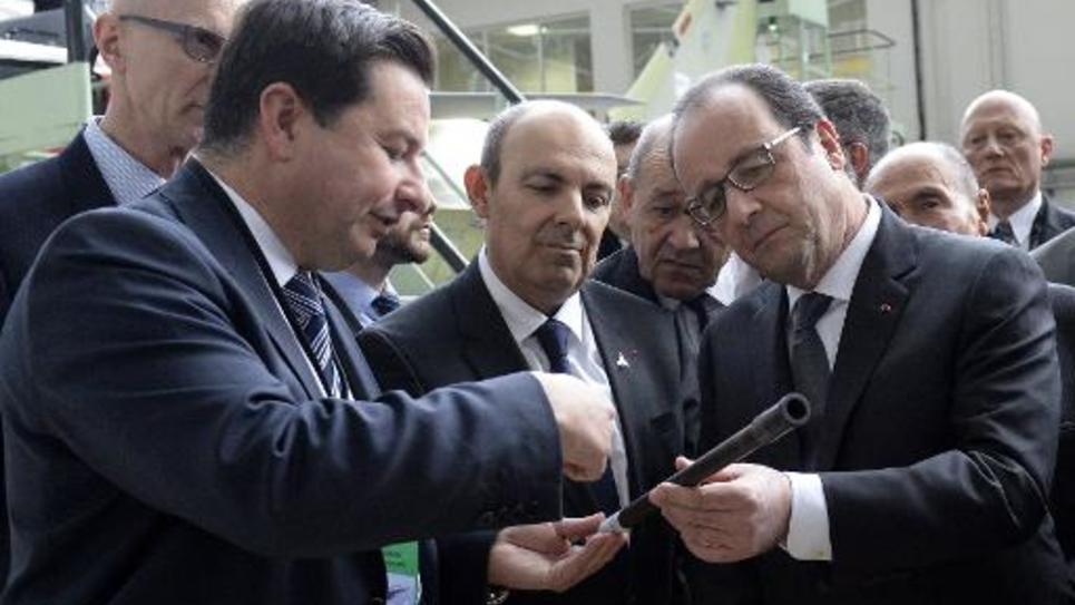 Le président de Dassault Aviation Eric Trappier et François Hollande le 4 mars 2015 lors d'une visite du chef de l'Etat à l'usine de Mérignac
