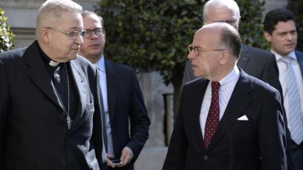 L'archevêque de Paris Mgr André Vingt-Trois et le ministre de l'Intérieur Bernard Cazeneuve à l'issue d'une entrevue le 23 avril 2015 à Paris