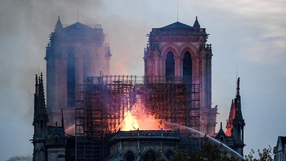 Les pompiers s'activent sur la voute de Notre-Dame, à Paris le 15 avril 2019