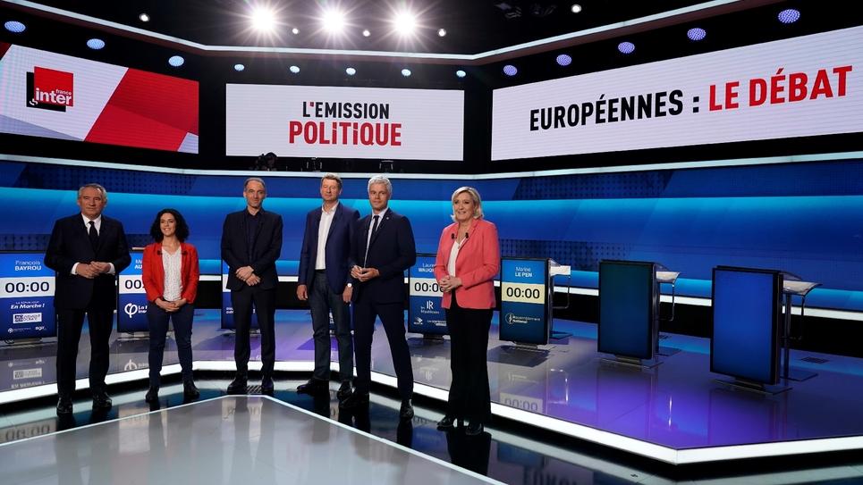 Francois Bayrou (MoDem), Manon Aubry (LFI), Raphaël Glucksmann (PS/Place publique), Yannick Jadot (EELV), Laurent Wauquiez (LR) et Marine Le Pen (RN) posent avant le début d'un débat sur France 2 le 22 mai 2019
