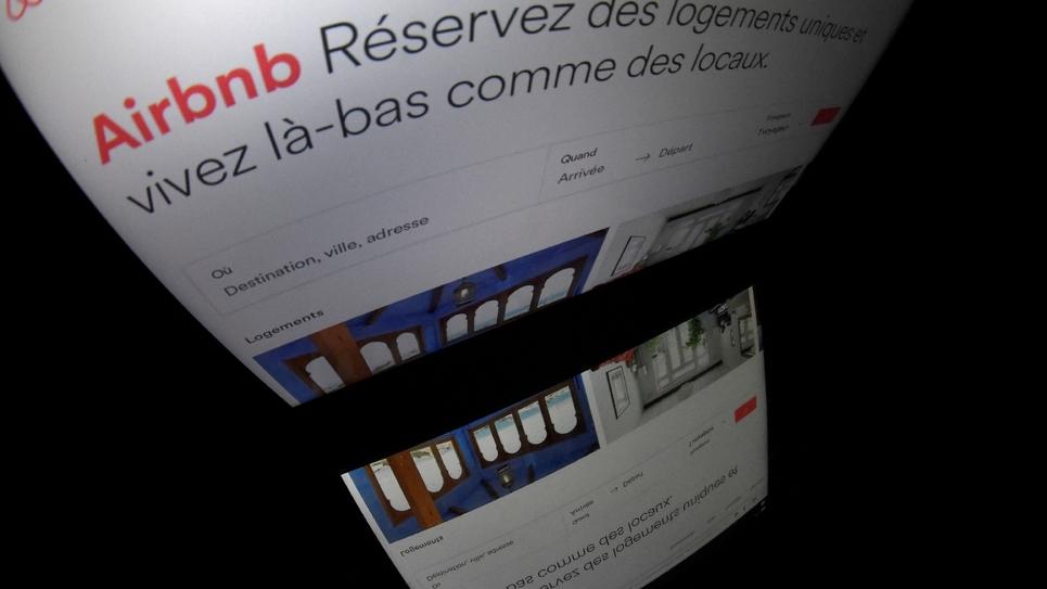 """""""Explosion des locations illégales"""" et """"manque de logements"""": l'élu parisien Ian Brossat a demandé jeudi aux législateurs d'interdire les locations d'appartements entiers via Airbnb dans quatre arrondissements touristiques du centre et la fin des"""