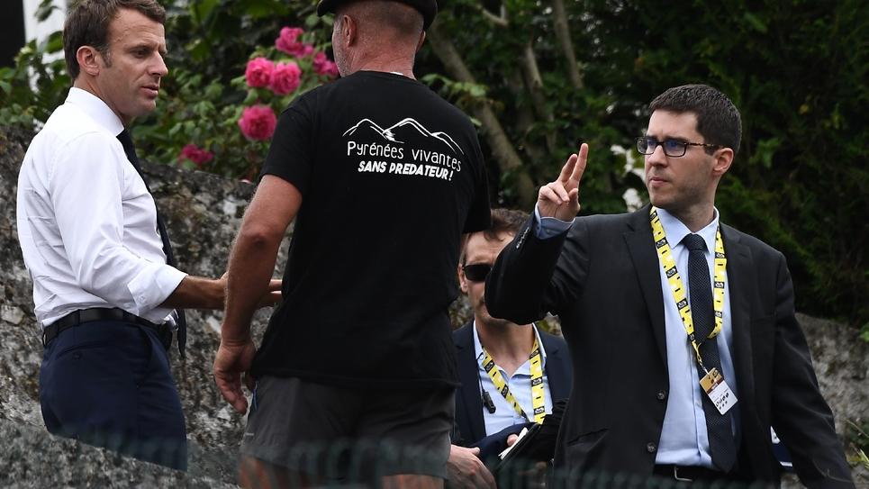 Emmanuel Macron (g)salue un habitant de Tourmalet lors de la 14e étape du Tour de France entre Tarbes et le col du Tourmalet, le 20 juillet 2019