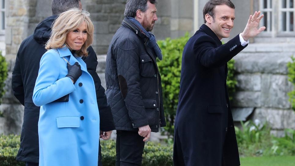 Brigitte et Emmanuel Macron arrivent au bureau de vote au Touquet lors du 1er tour des municipales, le 15 mars 2020.
