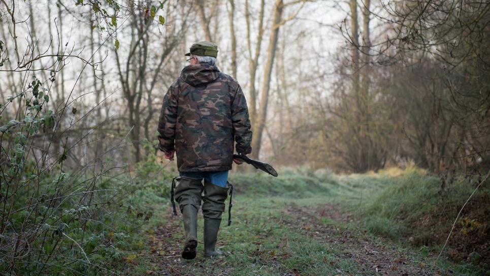 Un chasseur marche avec son fusil le 9 décembre 2016 à Vouvray