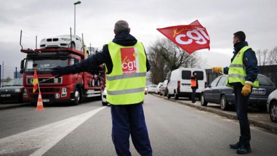Des routiers bloquent l'accès à une base logistique à Saint-Aignan-de-Grandlieu (Loire-Atlantique) le 26 juin 2015