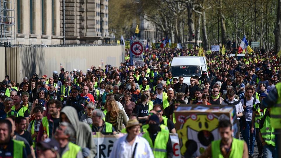 """Des manifestants défilent à l'appel des """"gilets jaunes"""", le 30 mars 2019 à Paris"""