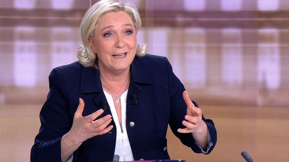 Capture d'image de Marine Le Pen lors du débat télévisé de l'entre-deux-tours de l'élection présidentielle face à Emmanuel Macron, le 3 mai 2017 à La Plaine-Saint-Denis, au nord de Paris