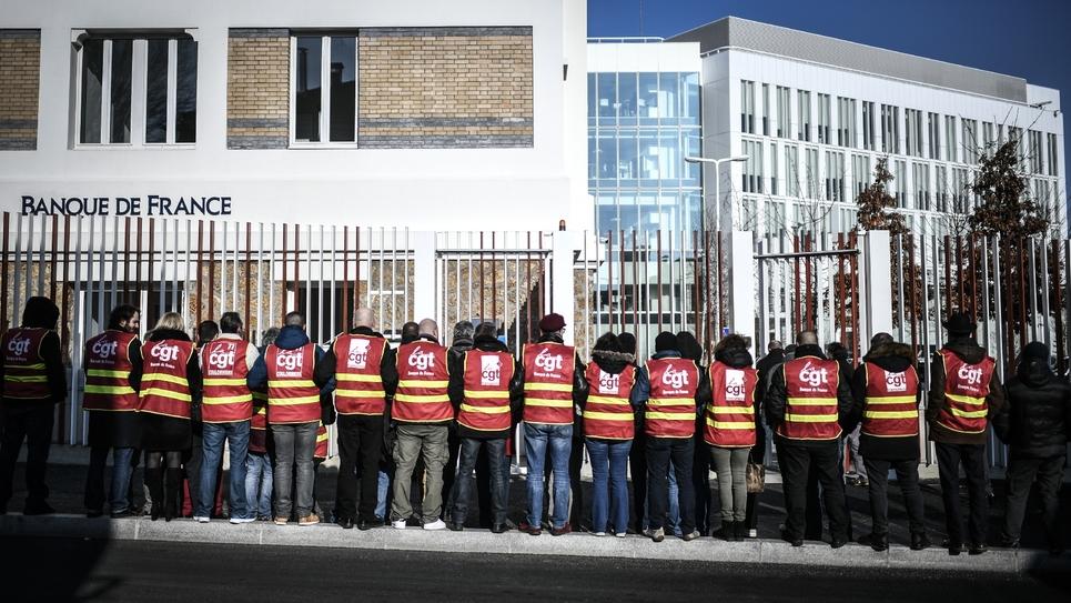 Manifestation contre la réforme des retraites  devant un bâtiment de la Banque de France, le 22 janvier 2020 à La Courneuve (Seine-Saint-Denis)