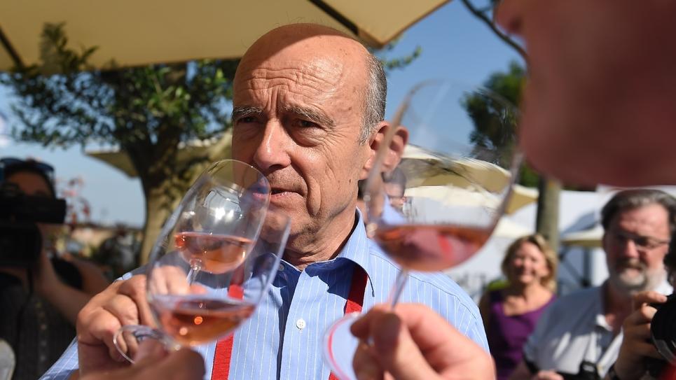 """Alain Juppé, un verre de vin à la main, lors de l'inauguration de """"Bordeaux fête le vin"""", le 23 juin 2016."""