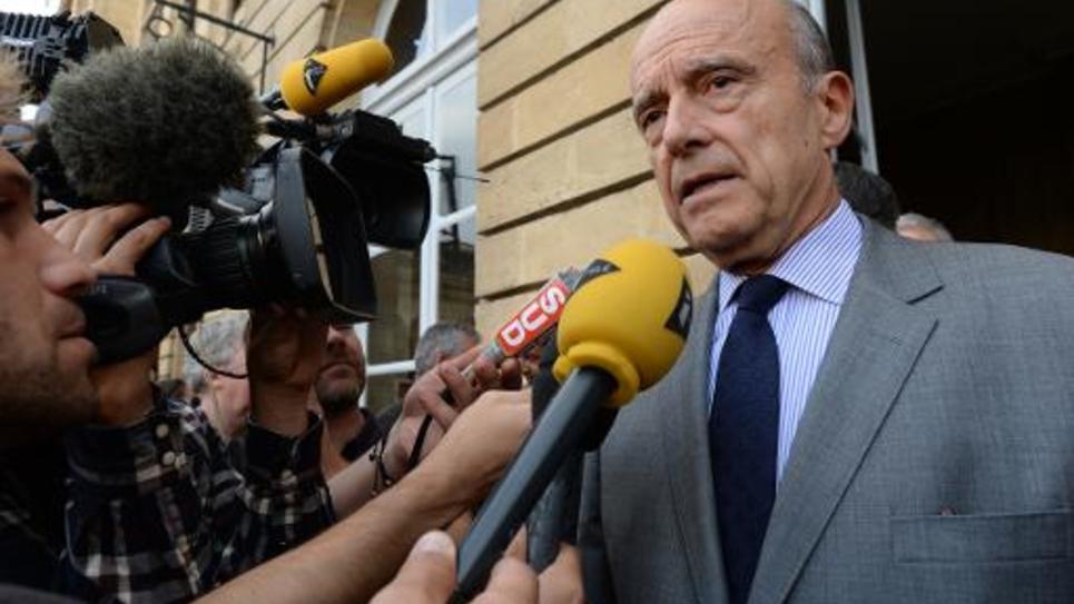 Le maire UMP de Bordeaux Alain Juppé interrogé par la presse devant l'hôtel de ville de Bordeaux le 25 septembre 2014