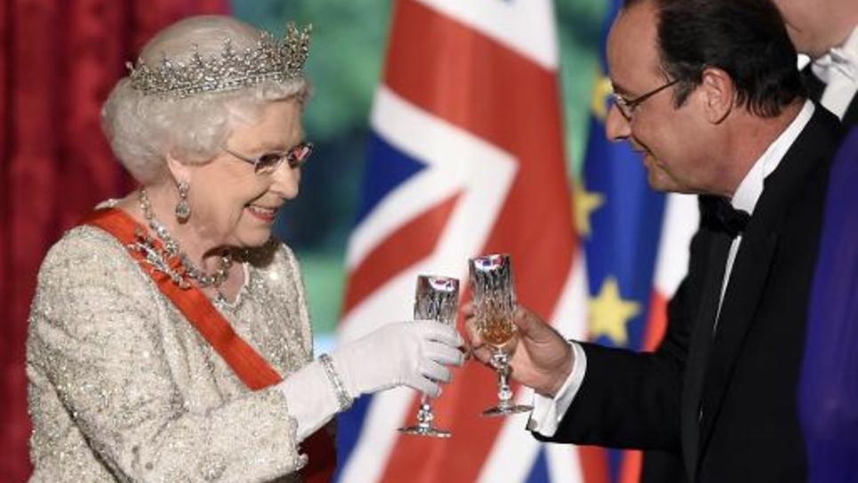 La reine Elizabeth II et le président François Hollande lors du dîner le 6 juin 2014 à l'Elysée à Paris