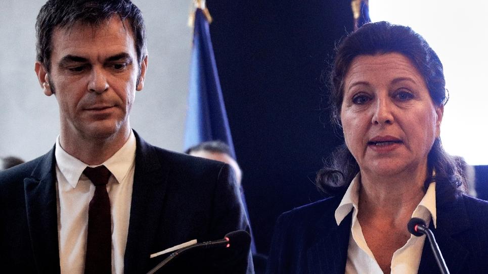 Agnès Buzyn et son successeur Olivier Véran, lors de la passation de pouvoirs au ministère de la Santé le 17 février 2020